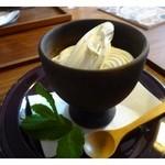 hanaはな家 - プレミアム生ソフトクリーム(500円) この日はソフトを入れる「ワップル」は品切れだそうで器でだされましたけれど、これも素敵・・ ソフトクリームとしては高めですが、濃厚で美味しいですよ・・