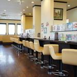レストハウスポプラ - こちらは禁煙コーナー、カウンターがずらりと奥まで、奥と左手には4人掛けテーブルがずらり