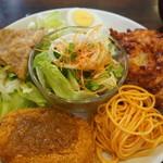レストハウスポプラ - 鶏のから揚げ・スパゲティ・コロッケ・豚の生姜焼き・ゆで卵、真ん中にサラダの小鉢、生姜焼きの下にも、たっぷりのレタス