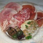 イタリアーナ エノテカ ドォーロ - イタリア産生ハム、サラミなど盛り合わせ