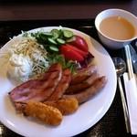 Forukusu - 第一の皿(サラダ・ベーコン・ウィンナー・ハッシュドポテト)&ポタージュ