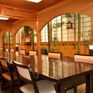 様々なお部屋をご用意。大宴会場は最大100名様収容可能です。