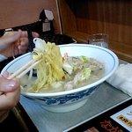 ながたラーメン - ひらうち麺です。炒めた野菜たっぷりのってます。
