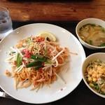 26710904 - ランチのパッタイ(タイ風焼きそば)です。スープ&サラダ付き。