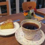 モカカフェ - モカ マタリ、オレンジとピスタチオのケーキ
