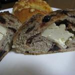 自家製天然コーボパンと焼き菓子 ぐらぱん - 赤い実とクリームチーズのパン