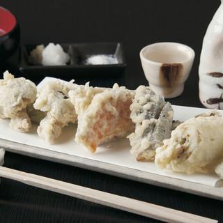 自慢の蕎麦と旬の素材を使った絶品の天麩羅を味わえます。
