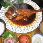 磯一 - 磯一自慢の金目鯛煮付け定食1600円 しかも一匹付けです!創業当時から継ぎ足し使っている秘伝の煮タレで煮込んだ金目鯛は、ぜっぴんです!