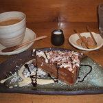 2672603 - 本日、頂いた「ケーキセット」(ケーキは陳列ケースにあるのからひとつ選択)