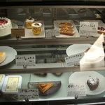 2672604 - 陳列ケースにあるケーキ類