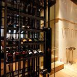 博多ほたる - 特注のワインセラーには九州料理にあったワインをセレクト