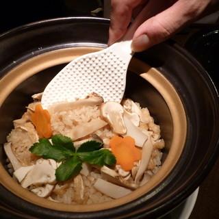 季節の食材を使用したお料理。〆には土鍋炊きご飯もございます