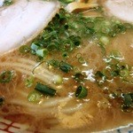 三久ラーメン - スープの表情 九州近いにしては醤油色
