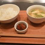 鉄板料理工房 ブォナージョ - 御飯はふっくら炊かれ柔らかく程よい固さ。お米の甘み 旨みが程よく感じられる。味噌汁は薄味。