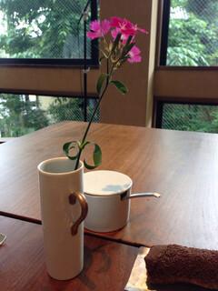 白金茶房 - すべてのテーブルにお花がありました(*☻-☻*)