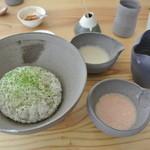 おおむろ軽食堂 - 紅白麦とろ丼(赤は明太子とろろ)