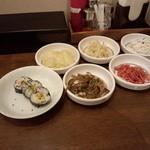 アリラン - 定食のおかず5品とキムパプ