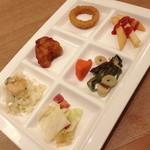 ブッフェガーデン プランツ - シーフードピラフ・鶏のから揚げ・オニオンリング・フライドポテト・温野菜(人参・山菜)キャベツとベーコンのアリオーリオ。2014年4月