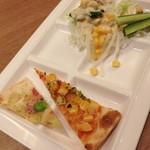 ブッフェガーデン プランツ - ピッツァジェノバクリーム・コーンとポテトのピザ・サラダ(キャベツ・レタス・オニオンスライス・オクラ・粒コーン・キュウリ・ツナ)2014年4月
