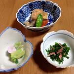 26729101 - まずは小鉢三品。ウコギ・ウドぬた・凍み大根や原木椎茸など野菜を炊いたん