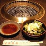 炭火焼肉 東京苑 - サラダ&タレ