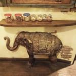 ルクラヒマラヤ - テラスの横には象さんと香辛料