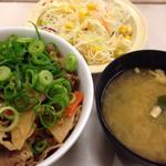 26730619 - 筍牛めし 並 ¥450 + 生野菜 ¥100