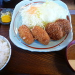 かつ喜 - エビクリームコロッケ2個、ヒレ一口カツ2個 の定食 1240円(ご飯、味噌汁、キャベツ付)