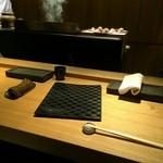 焼鳥 市松 - カウンターとテーブル1つ