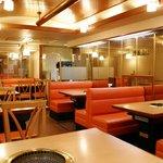 焼肉レストラン 荒井屋 - 1階はご家族でもカップル・友達同士でもお気軽なテーブル席♪