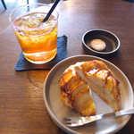 スミス - アップルパイ(¥260)とアッサム(¥400)。かわいいクッキーが付いてくる