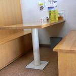 ラーメンのひまわり - テーブル席