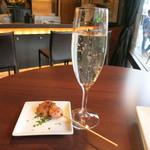 Kicchinandochikimpepuchido - スパークリングワイン600円とお通し。