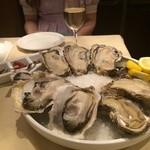 26742203 - 岩牡蠣と生牡蠣のMIXプレート 4種8個盛り