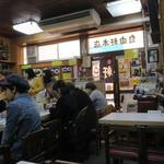 大阪難波 自由軒 - 混み合う店内は相席も当然。右端のレジに名物若女将