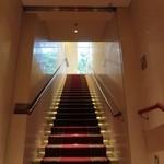 26750660 - 赤い絨毯の大理石の階段を下りて店内へ。