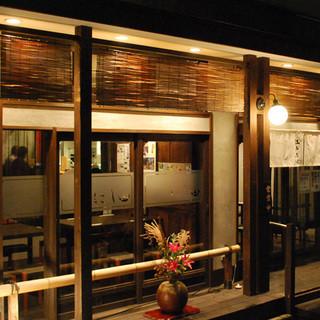 隠れ家のようにひっそり佇む古民家風日本そば屋