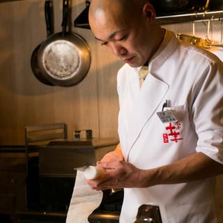 幼い頃から和食に親しみ、地元と東北の味覚を大切にする料理人