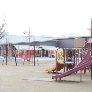 目の前は大型遊具のある公園。子ども連れで楽しく遊べるのが魅力