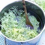 koreAn diNing GOMAmura - 「エルダーフラワ」はマスカットのような甘い香りで飲みやすいハーブ。 昔から痢痛から疫病まで、さまざまな病気に効力を発揮するため「万能の薬箱」と呼ばれ、民間薬として広く用いられてきました。特に「インフルエンザの特効薬」と呼ばれるほど発熱時の風邪や花粉の時期に有効と言われています。イライラしている時などにも心を静めてくれます。