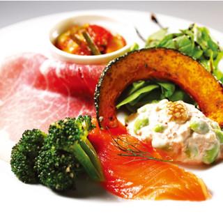 ボリューム共に大満足の前菜盛り合わせと絶品パスタ