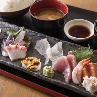 新鮮な魚貝を使った定食をリーズナブルに楽しめる♪
