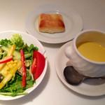 26770369 - ランチのサラダ・自家製フォカッチャ・カボチャの冷製スープ