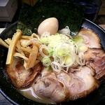 高田光幸 - 濃厚魚介豚骨ラーメン(750円)+トッピング全部入り(350円)です。麺は大盛(250グラム)にしてます。