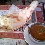 インド料理 ギタ - Aランチ-チキンとカボチャのカレー(2辛)とナン(750円) サラダ、スープも付きます