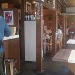 おやさいバル TIERRA - 左はお料理が出されるカウンターで食べるスペースもあります。奥はテーブル席。