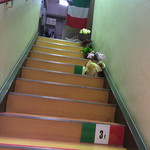 トラットリア ドン ジョヴァンニ - 階段を上がっていきます