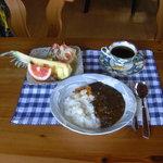 ジャック&ベティー - ¥1050カレーランチ ことこと煮込んだビーフカレー 生ハム入りサラダ・たっぷり果物」が自慢です。