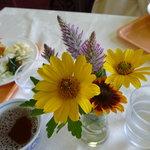 菜食レストラン シャローム - 各テーブルにはいつも花が飾られています。