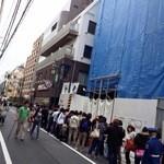 焼肉 IWA - 店舗の外にはこんなに行列ができています